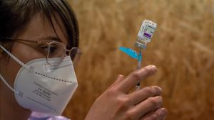 Una empleada sanitaria prepara una dosis de la vacuna de AstraZeneca durante la campana de vacunación masiva que se lleva a cabo estos días en el recinto ferial Expourense, en Ourense.