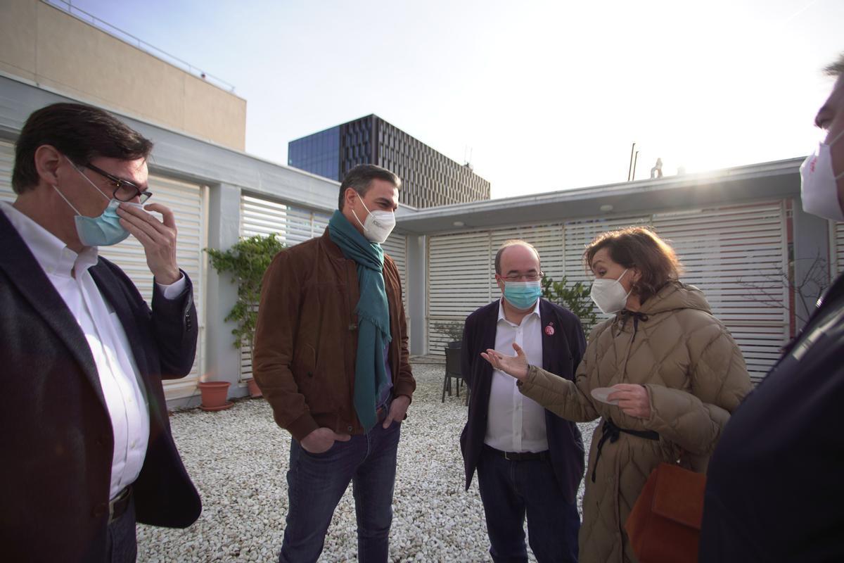 El presidente del Gobierno de España, Pedro Sánchez, charla conMiquel Iceta, Carmen Calvo y Salvador Illa antes de comenzar el Comité Central del PSOE que se celebra en Barcelona