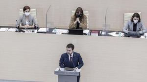 El candidato de ERC Pere Aragonès (en primer término) con la presidenta del Parlament Laura Borràs tras él, en el centro, este viernes.