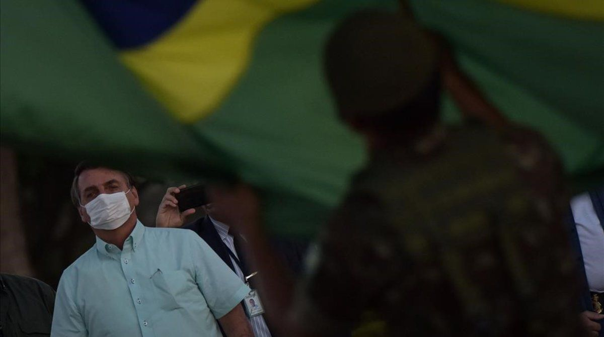 Jair Bolsonaro, aún positivo, el miércoles en la ceremonia diaria de arriada de la bandera en palacio.