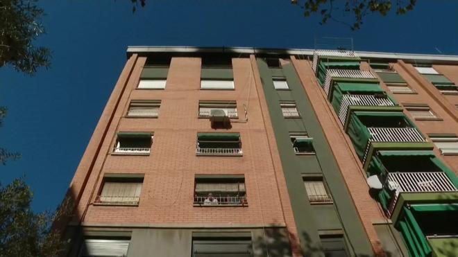 Mor una persona al precipitar-se des del balcó en un incendi en un pis a Badalona
