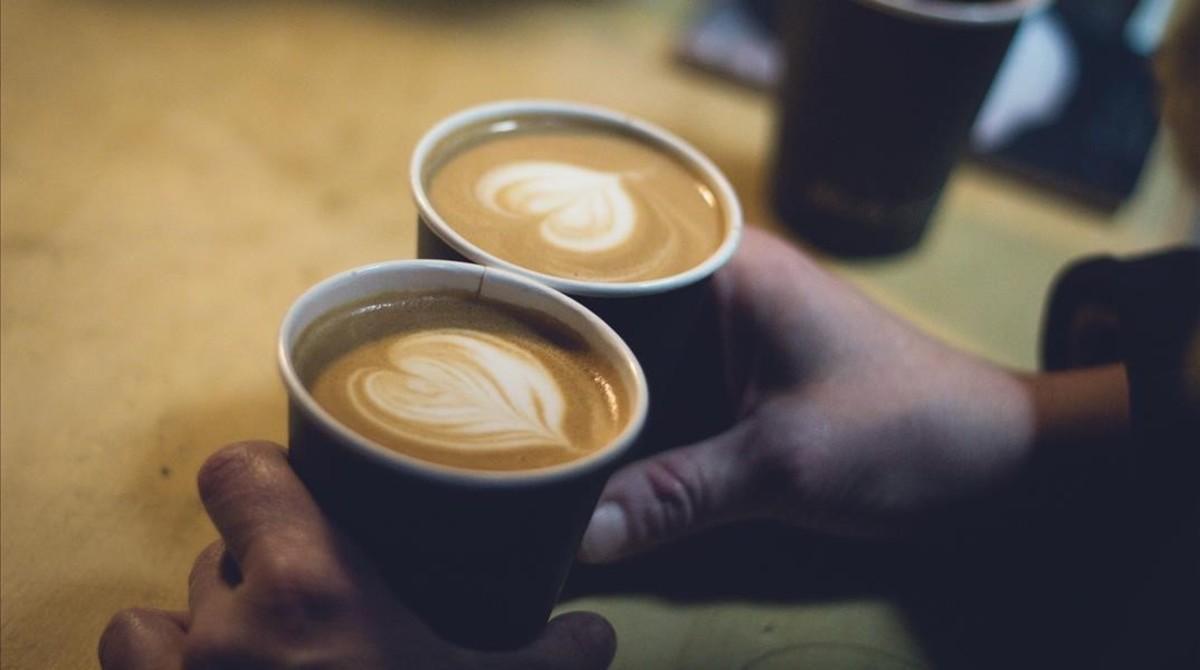 Dos vasos con café.