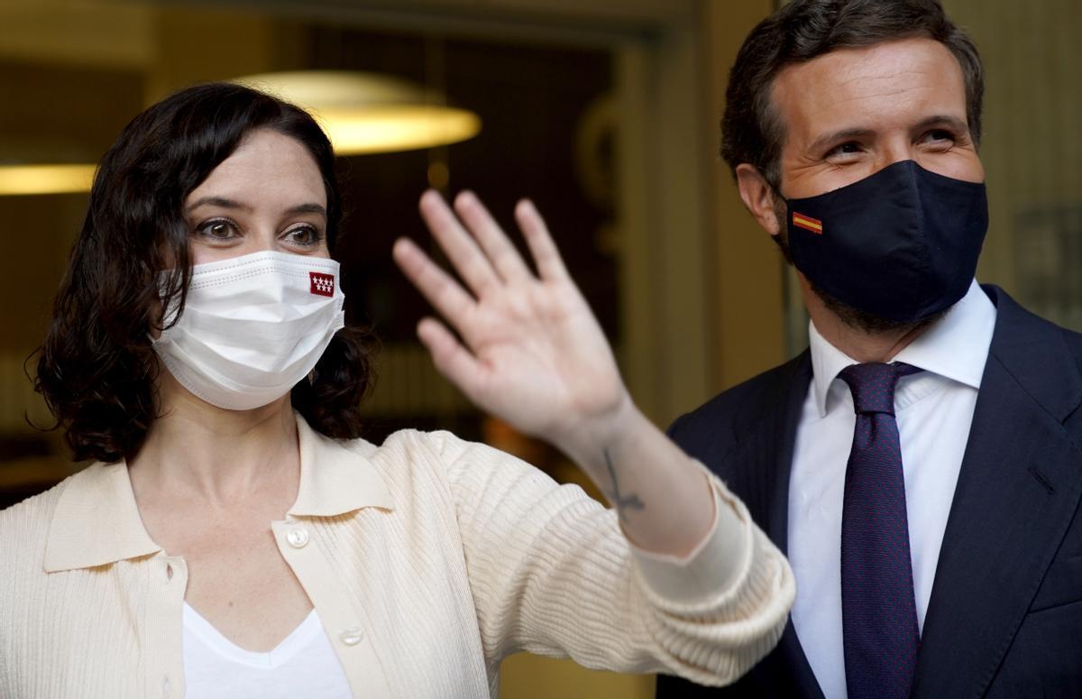 Casado corrige a Ayuso y dice que la responsabilidad de los indultos es exclusiva de Sánchez. En la foto, Pablo Casado e Isabel Díaz Ayuso.