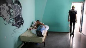 Dos jóvenes expulsados de centros de menores al cumplir los 18.
