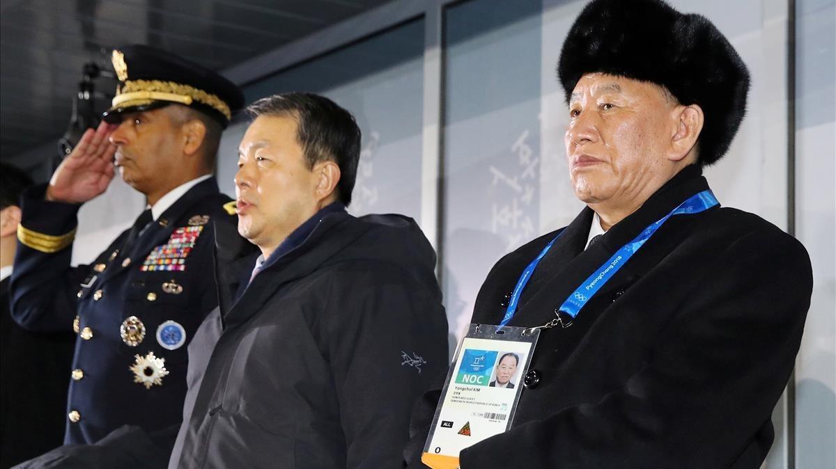 El general norcoreano Kim Yong-chol (derecha) observa la ceremonia de clausura de los JJOO de invierno de Pyeongchang, el 25 de febrero.