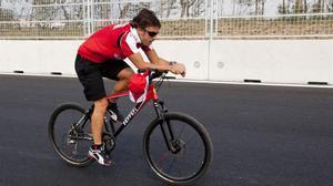 Fernando Alonso, operado de fractura de mandíbula. En la foto, el piloto se entrena en bicicleta en el Circuito Internacional de Corea en Yeongam (Corea del Sur). /