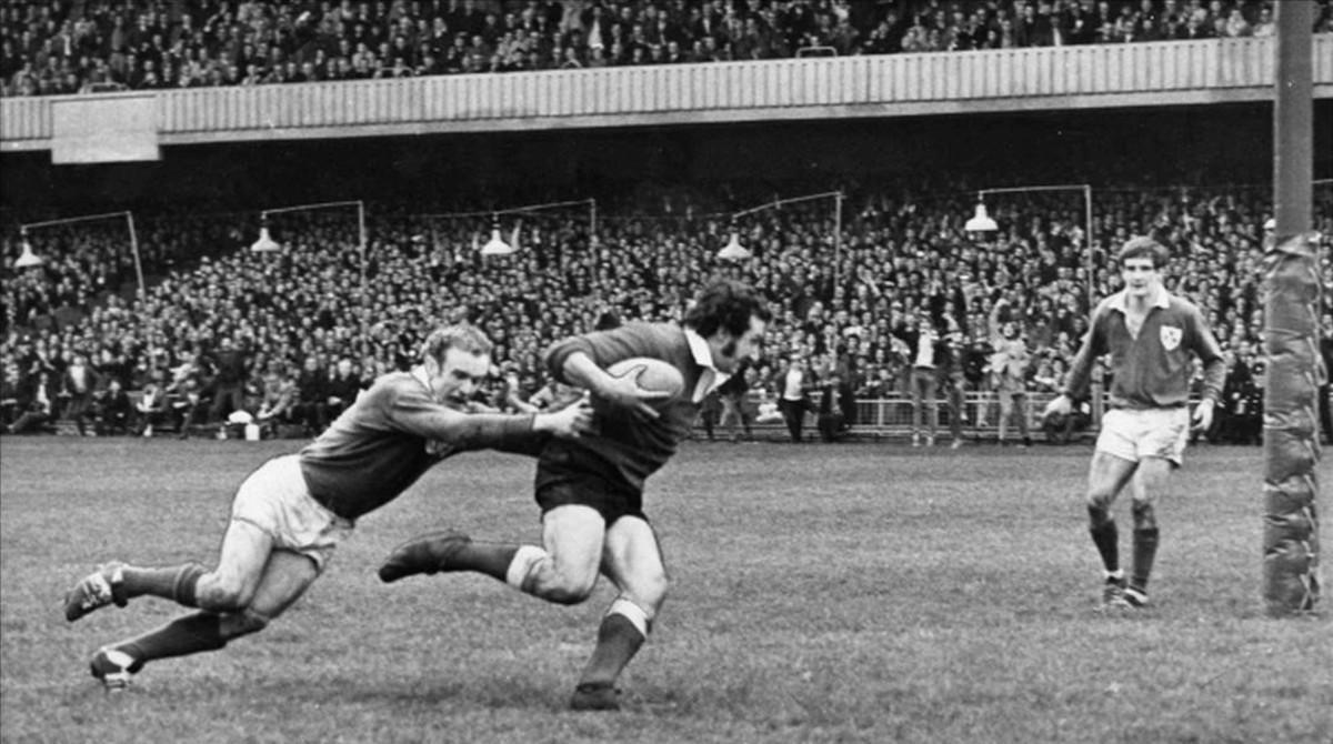 Gareth Edwards, a punto de lograr un ensayoen Cardiff durante el partido contraIrlandaque le dio a Gales la Triple Corona en 1971.