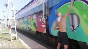 Grafiteros difunden vídeos de sus pintadas en el metro y los trenes de Barcelona.