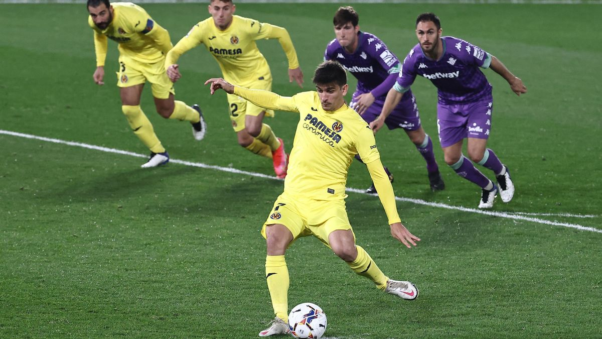 Gerard Moreno lanza un penalti en el partido de febrero entre el Villarreal y el Betis, dos de los candidatos a jugar la Conference League.