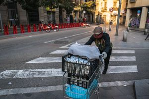 Un miembro del Sindicato Popular de Vendedores Ambulantes reparte comida a los manteros más vulnerables.