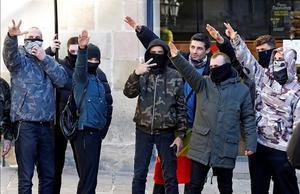 BARCELONA  06 12 2020 - Varios asistentes al acto del lider de Vox  Santiago Abascal  en Barcelona  realizan saludos fascistas durante el acto organizado por la formacion por el aniversario de la Constitucion este domingo en la plaza Sant Jaume de Barcelona  EFE Alberto Estevez