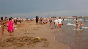 Imagen de archivo de la playa de Ribes Roges con bandera roja.