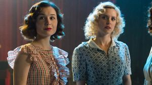 Nadia de Santiago y Maggie Civantos, en 'Las chicas del cable'.