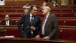 Artus Mas y Boi Ruiz, en el pleno monográfico sobre salud que se celebra en el Parlament.