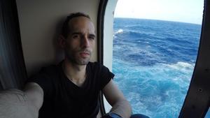El músico Román Sánchez continúa embarcado.