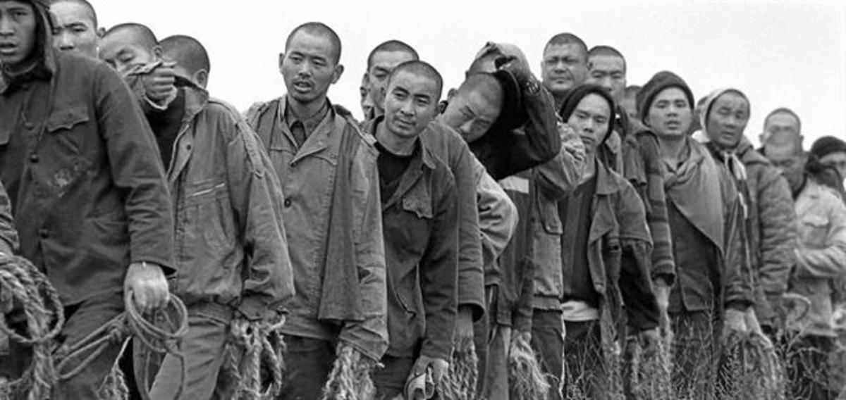 Presos chinos regresan tras recolectar algodón en un campo de Hubei (centro).