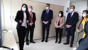 Pedro Sánchez, acompañado de ministros y otras autoridades, visitando las instalaciones de la farmacéutica Hipra.