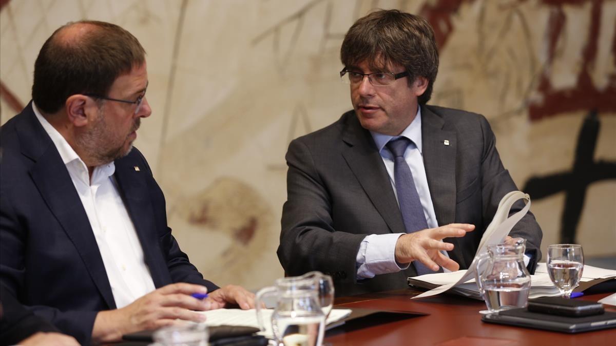 Oriol Junqueras y Carles Puigdemont, este martes, en la reunión del Consell Executiu.
