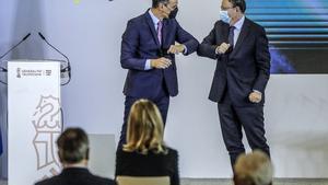 El presidente de la Generalitat valenciana, Ximo Puig, saluda a Pedro Sánchez a su llegada a la presentación del plan de recuperación y resiliencia en València, este 5 de noviembre.