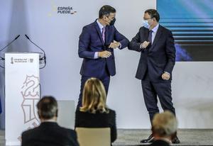 El presidente de la Generalitat, Ximo Puig, saluda con el codo al presidente del Gobierno, Pedro Sánchez (i), a su llegada al acto de presentación del Plan de Recuperación, Transformación y Resiliencia de la Economía Española en la Ciutat de les Arts i les Ci�ncies de Valencia, Comunidad Valenciana (España), 5 de noviembre de 2020. El Plan guía la ejecución de cerca de 72.000 millones de euros entre los años 2021 y 2023 se estructura en torno a cuatro transformaciones que el Gobierno ha situado en el centro de la estrategia de política económica: la transición ecológica, la transformación digital, la igualdad de género y la cohesión social y territorial.