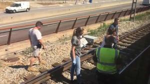 Un joven muere atropellado por un tren al cruzar la vía en patinete en Mollet. En la imagen, técnicos trabajando en el lugar del accidente.