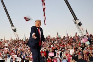 Trump lanza mascarillas al público durante su mitin en Florida, el primero tras su baja por coronavirus.