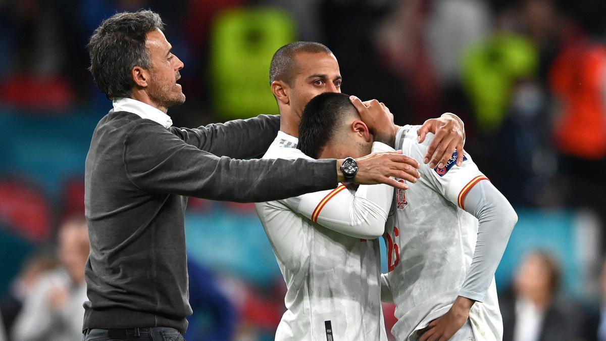 Pedri rompe a llorar, consolado por Thiago y Luis Enrique, este martes en Wembley.