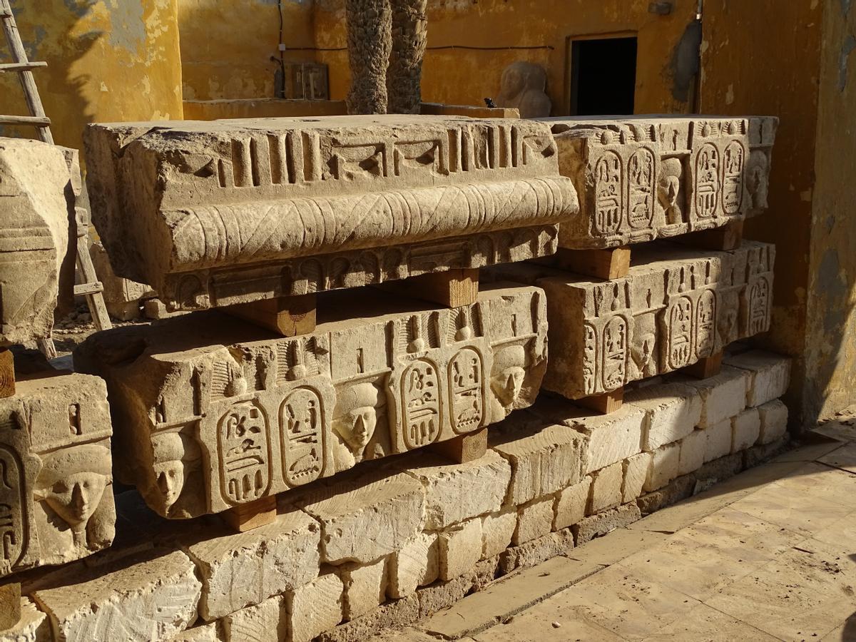 Los bloques decorados del templo ptolemaico, en el almacén-residencia de la misión arqueológica.
