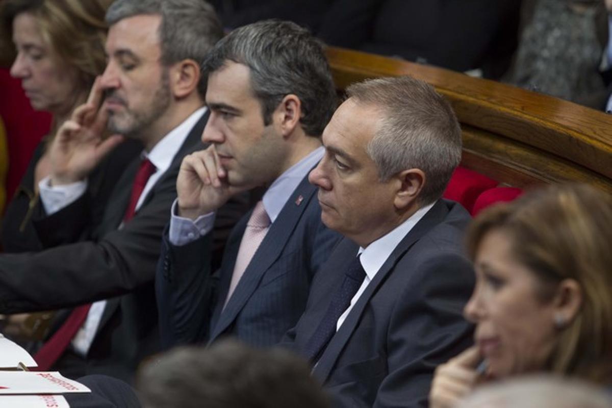 Pere Navarro, junto a Maurici Lucena, en sus escaños, en el Parlament.