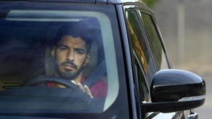 El Atlético espera a Luis Suárez. En la foto, el jugador llegando a la ciudad deportiva del Barça.