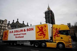 Un camión de una firma de transporte de pescado escocés pasa frente al Parlamento de Londres, en una reciente protesta.