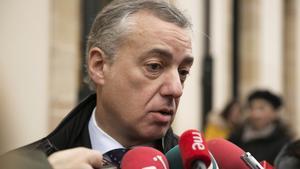 El lendakari Íñigo Urkullu opina ante los medios de comunicacion sobre los resultados de las elecciones en Catalunya, a su llegada al Parlamento Vasco en Vitoria.