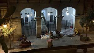 Varias personas durmiendo frente a las puertas de la sede del Samur Social.