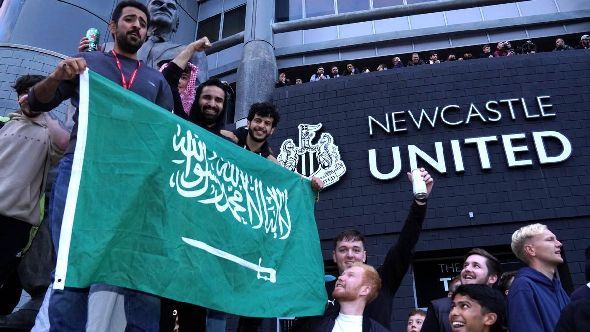 Newcastle celebra, Inglaterra se rebela