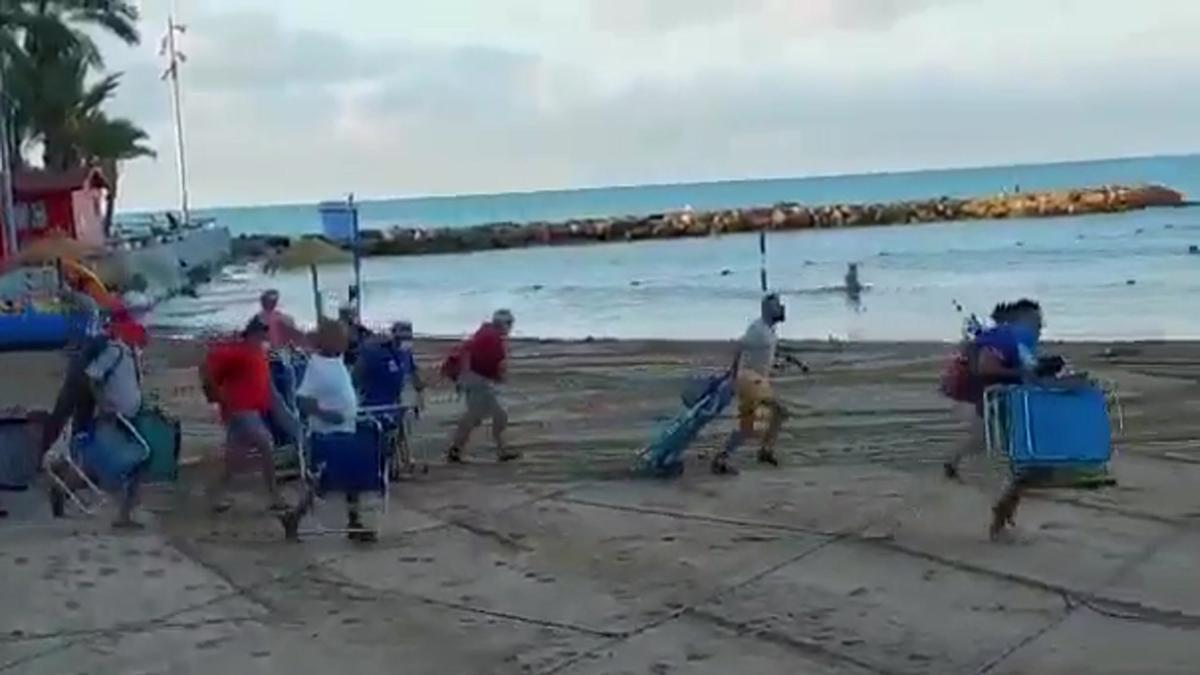 Carrera para tomar sitio en la playa del cura en Torrevieja