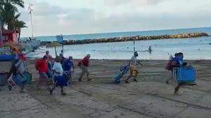 Llargues cues per agafar lloc a la platja de Torrevella