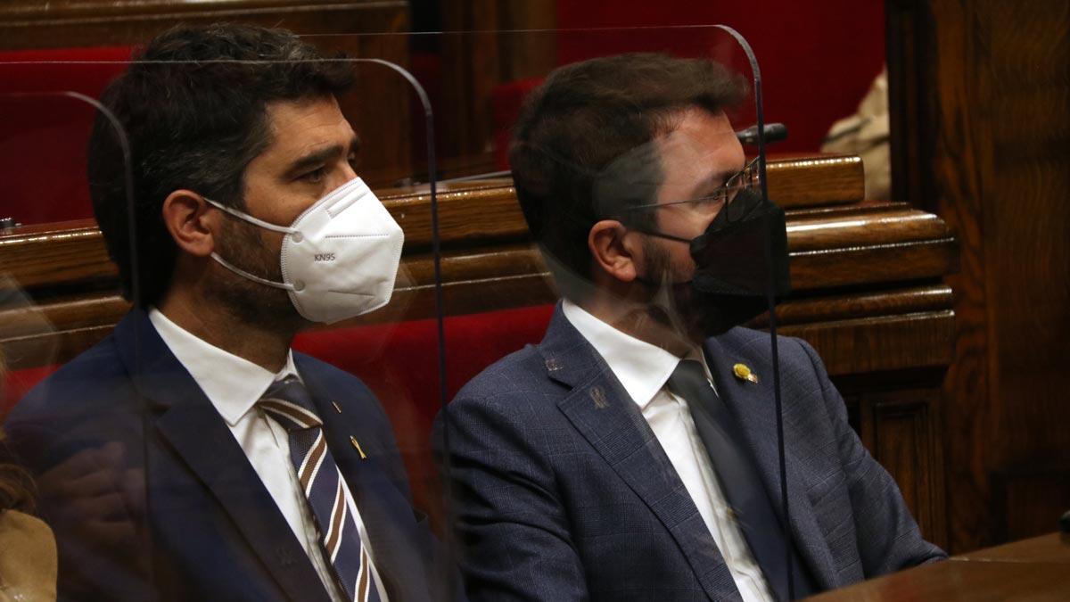 Jordi Puigneró y Pere Aragonès, en el Parlament.