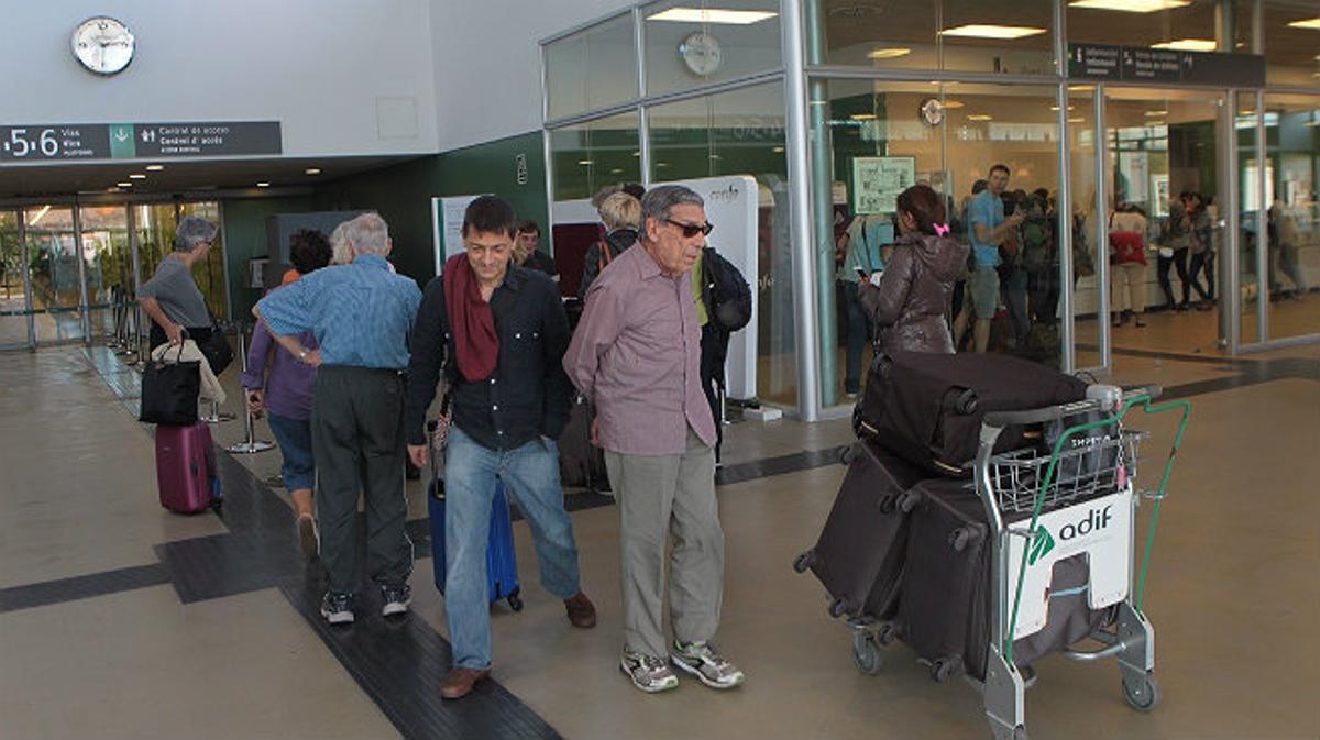 Pasajeros esperando en la estación de Figueres mientras ningún AVE funciona debido al corte de cable de fibra óptica.