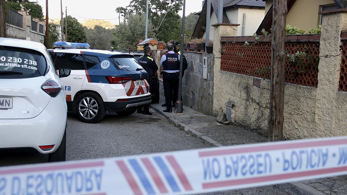 Los Mossos en el domicilio de Corbera, escenario del crimen.