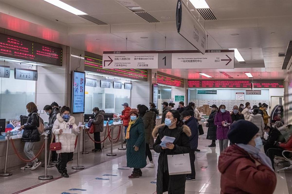 Personas con mascarillas visitan un hospital en Pekín, China.