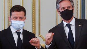 El presidente de Ucrania, Volodymyr Zelensky (izquierda), y el secretario de Estados de EEUU, Antony Blinken, durante se encuentro de hoy en Kiev.
