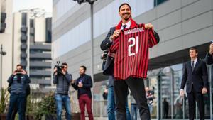 Ibrahimovic presentado con el dorsal 21 del Milan.