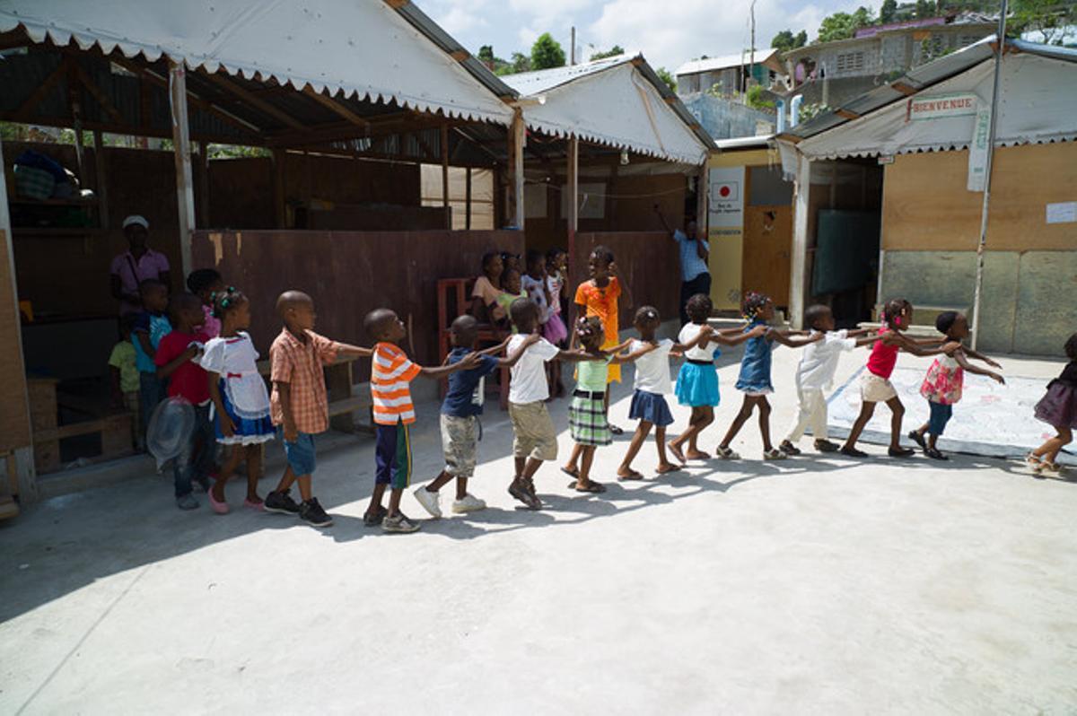 Niños participan en una escuela de verano en el barrio de Carrefour, Puerto Príncipe.