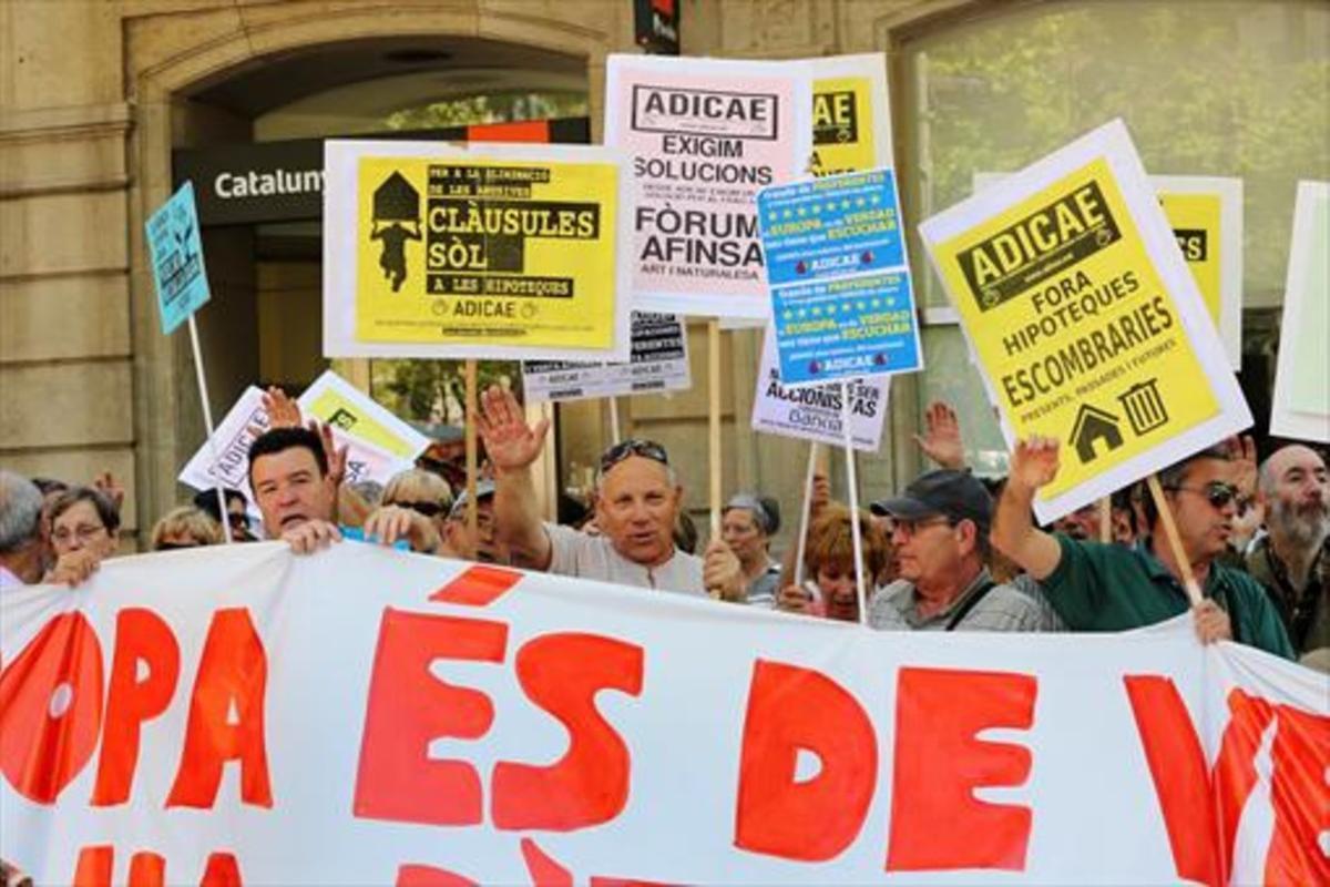 Concentración de afectados por las cláusulas suelo ante la sedede la Delegación de la Comisión Europea en Barcelona, en el 2013.