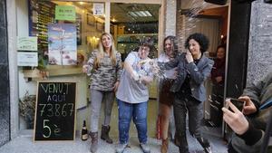Celebraciones en la administración número uno Les Termes, en Caldes de Montbui. En este establecimiento ha tocado íntegramente el quinto premio de la Lotería Nacional.