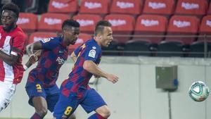Arthur y Semedo persiguen un balón ante Williams en el Barça-Athletic del Camp Nou.