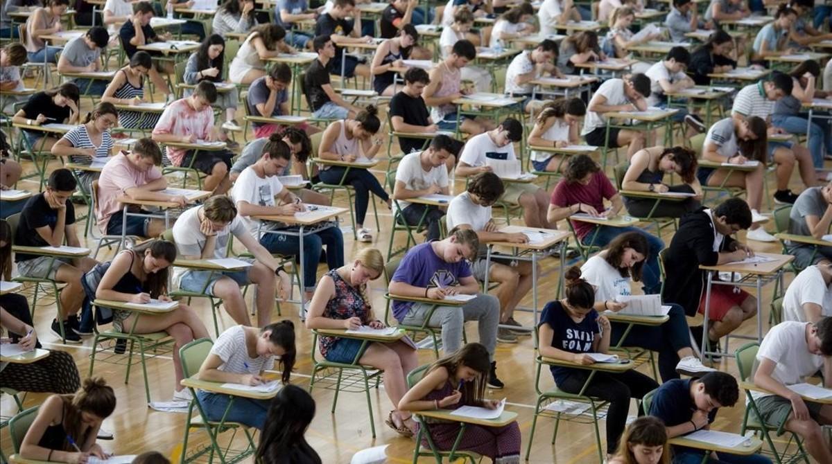 Estudiantes se examinan en un instituto de Menorca.