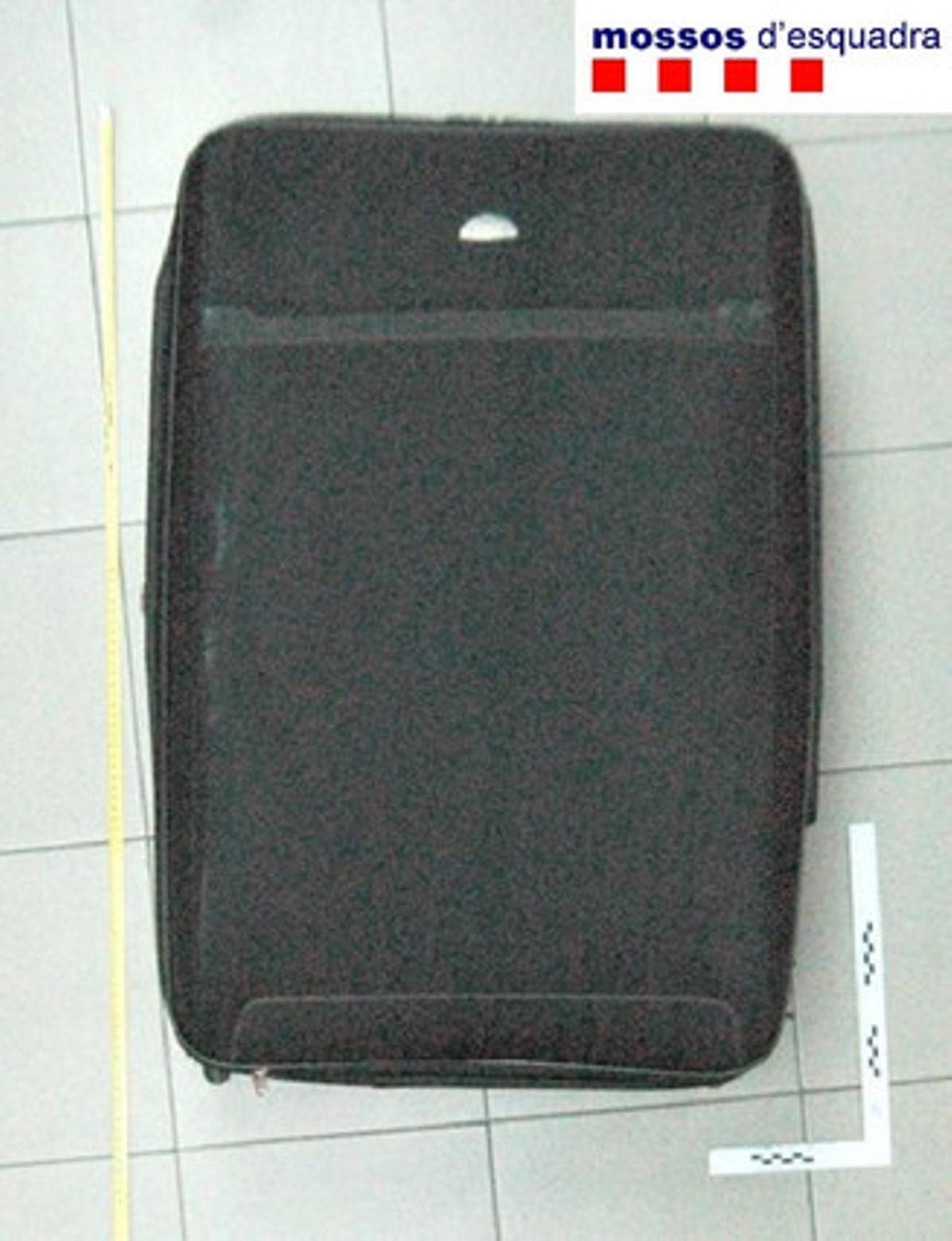 La maleta donde se escondía el presunto ladrón.