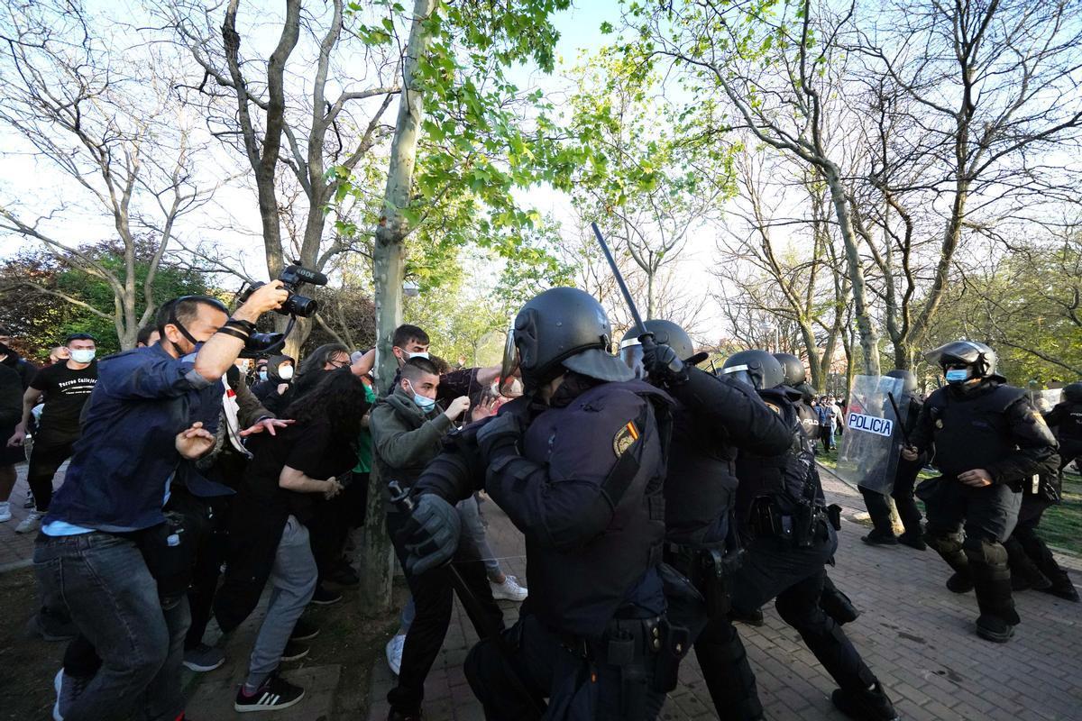 Càrregues policials en l'acte de Vox al barri de Vallecas, a Madrid