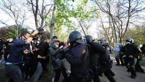 La policía carga contra los vecinos que se manifestaban en contra del acto de Vox en Vallecas, Madrid
